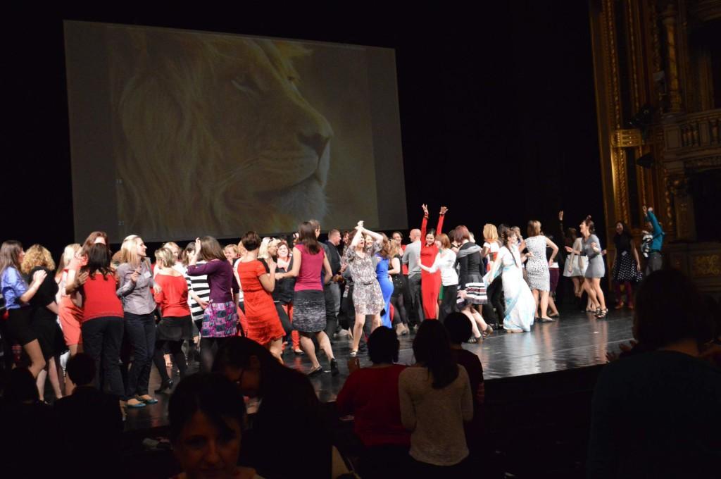 Závěrečný tanec na pódiu Ženy ženám ŽIVĚ 2%14